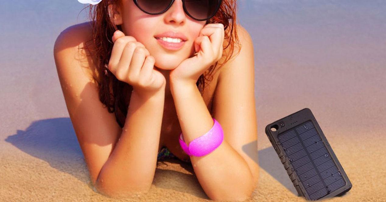 Baterías solar externa en la playa