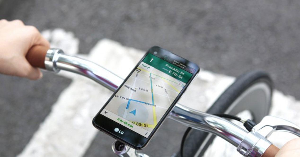 Teléfono de la gama LG X en una bici