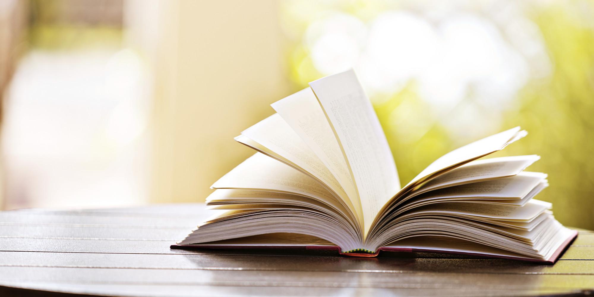 Libro abierto con fondo verde