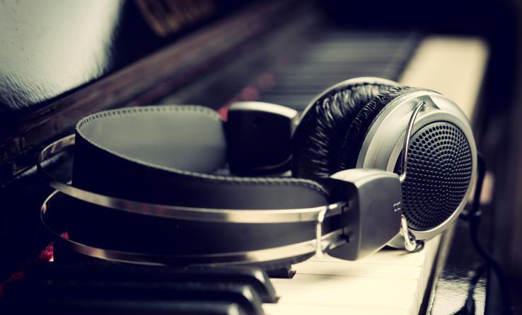 Auriculares en un teclado
