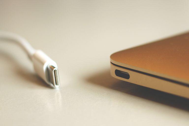puerto y cable USB de un Mac