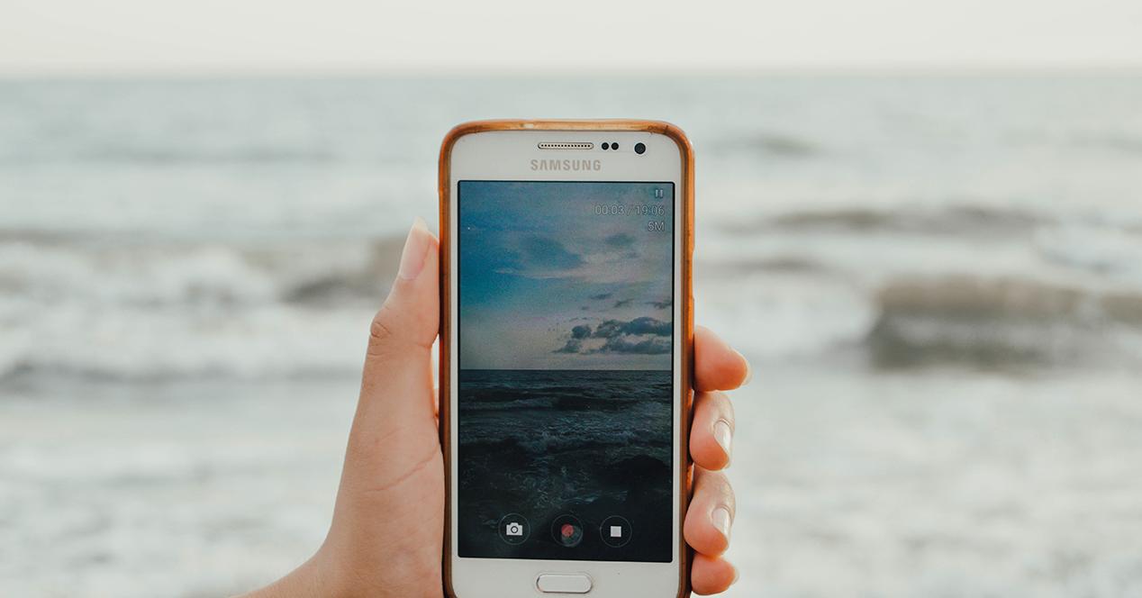 Smartphone capturando un vídeo del mar