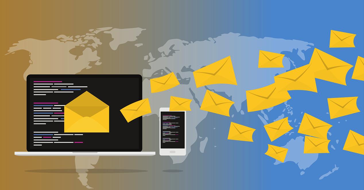 Ilustración en la que aparece un ordenador, un smartphone y sobres de mensajería sobre un fondo de un mapa mundi