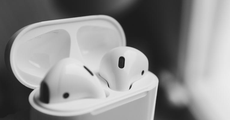 AirPods de Apple metidos en la caja de carga con la tapa abierta