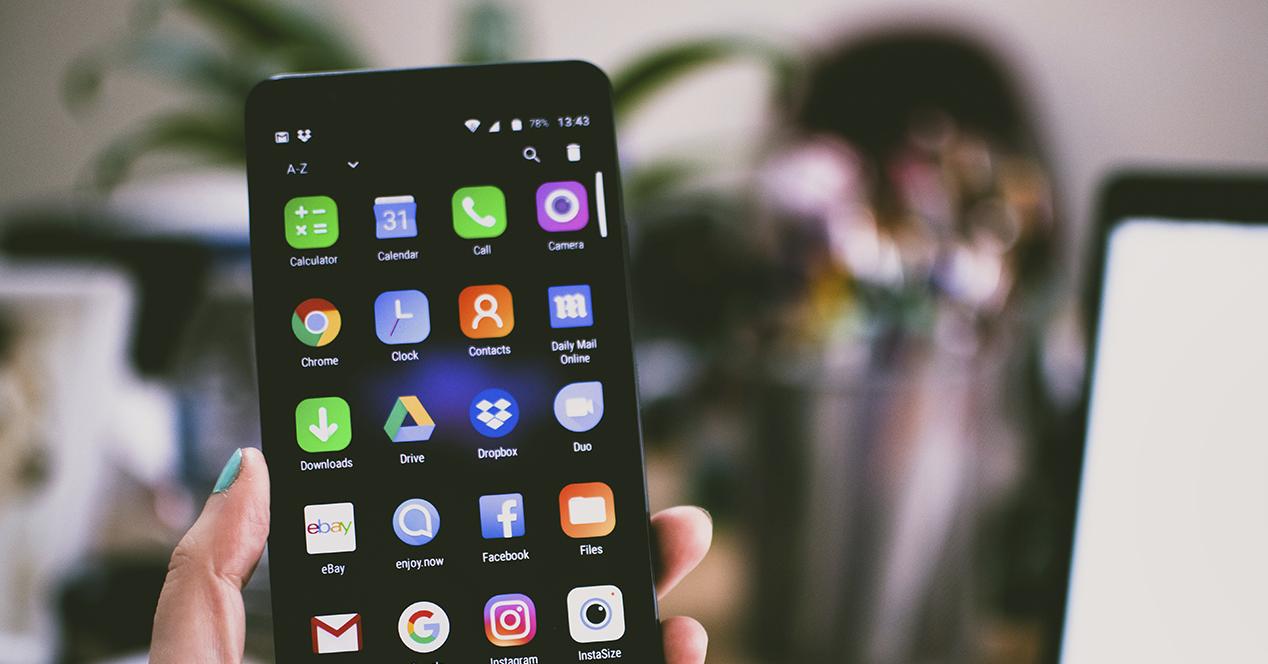 Imagen donde aparece un smartphone Android con la pantalla de aplicaciones