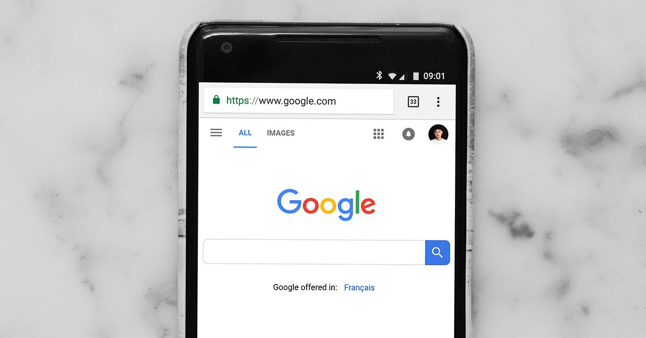 Smartphone con la pantalla encendida y Google Chrome