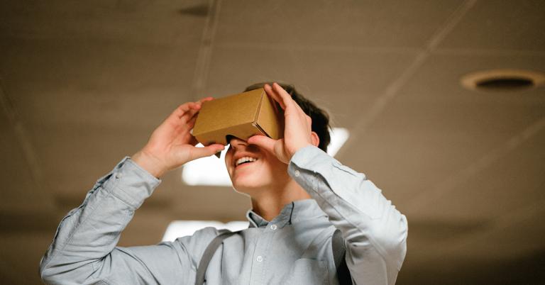 Un chico disfruta de una experiencia de Realidad Virtual con las Google Cardboard