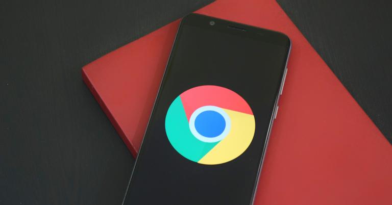 smartphone con el logo de google chrome en la pantalla