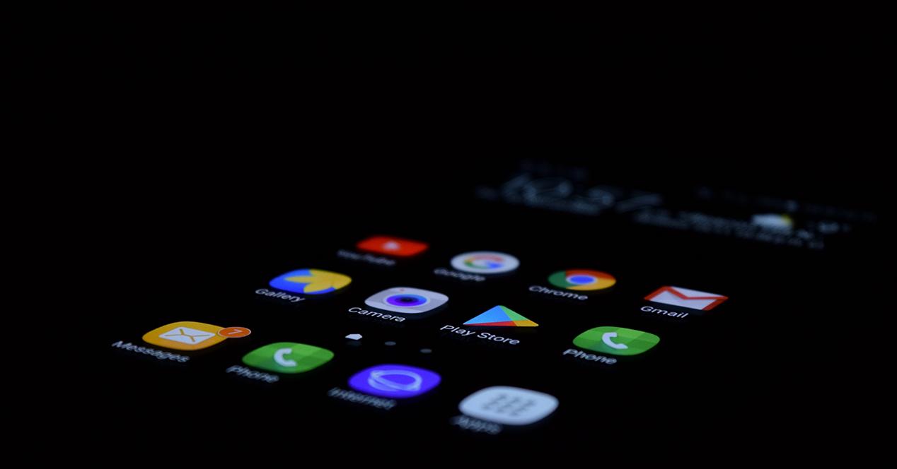 Teléfono con pantalla de inicio encendida en la oscuridad