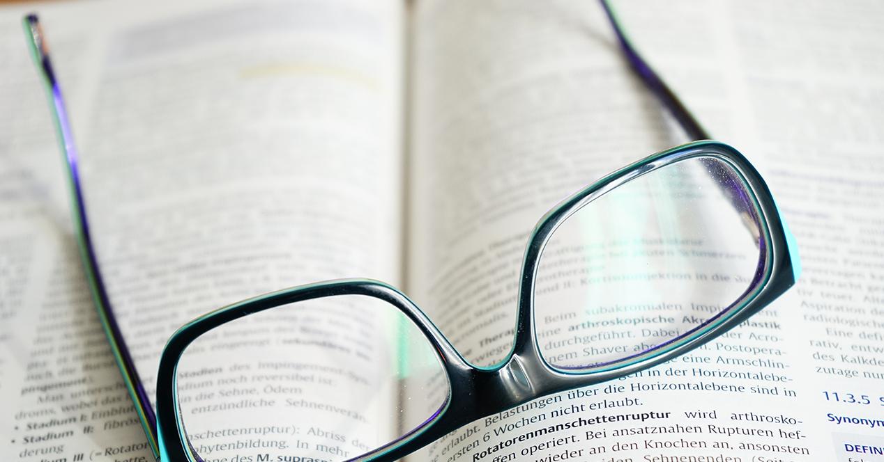 libro abierto con gafas de ver encima