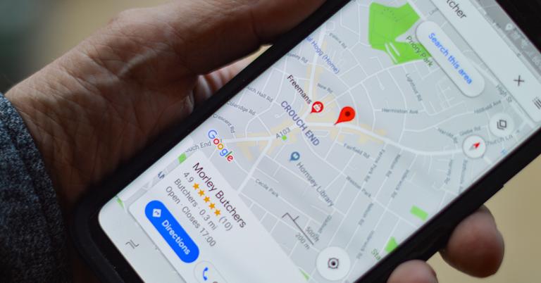 smartphone en el que parece una ubicación señalada en Google Maps
