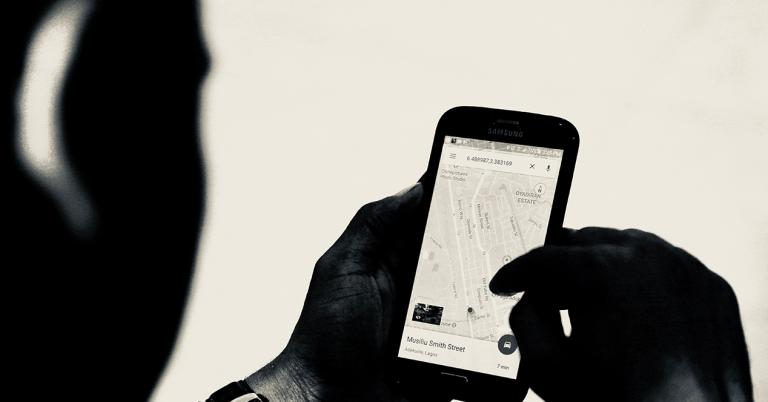 un hombre utiliza Google Maps desde su smartphone
