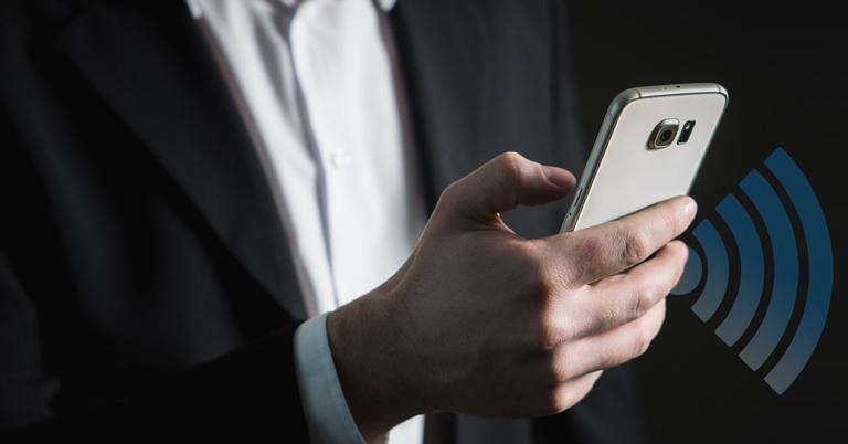 Un hombre sostiene un smartphone