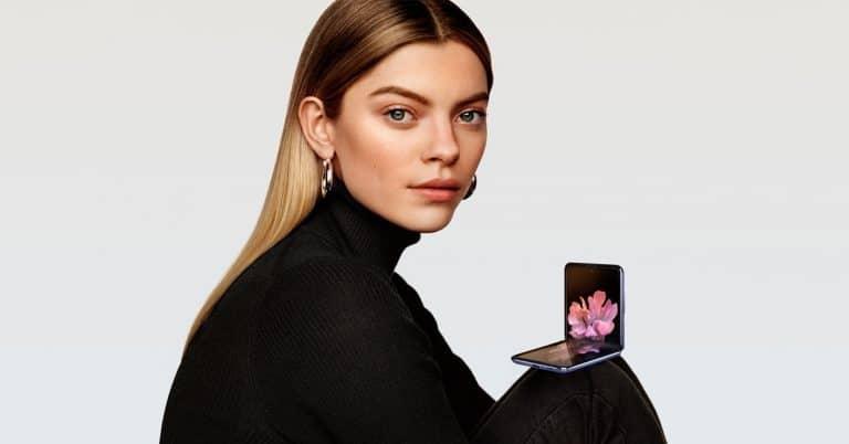 Smartphone Samsung Galaxy Z Flip en la mano