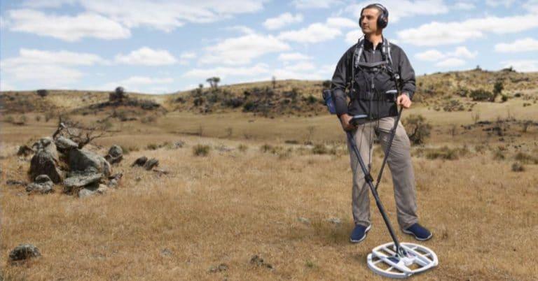 hombre con detector de metales